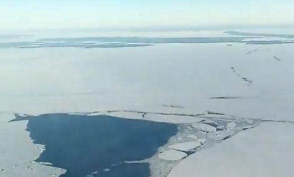 Разрыв льда на Онежском озере в Карелии сняли с высоты птичьего полета