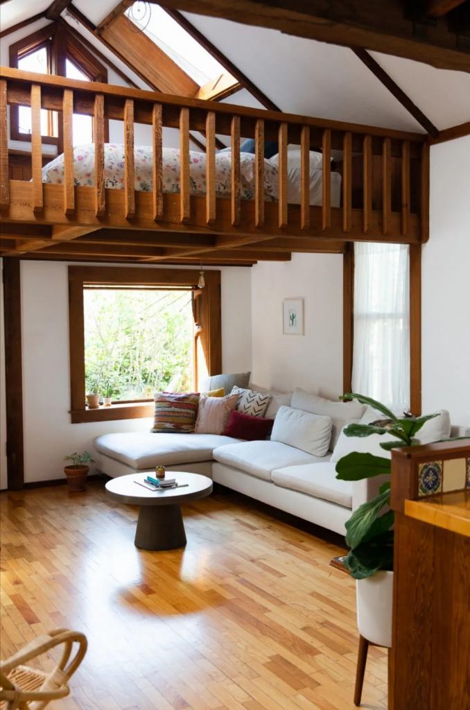 Внешне этот дом похож на избушку: внутри хозяева сделали дорогущий ремонт идеи для дома,интерьер и дизайн