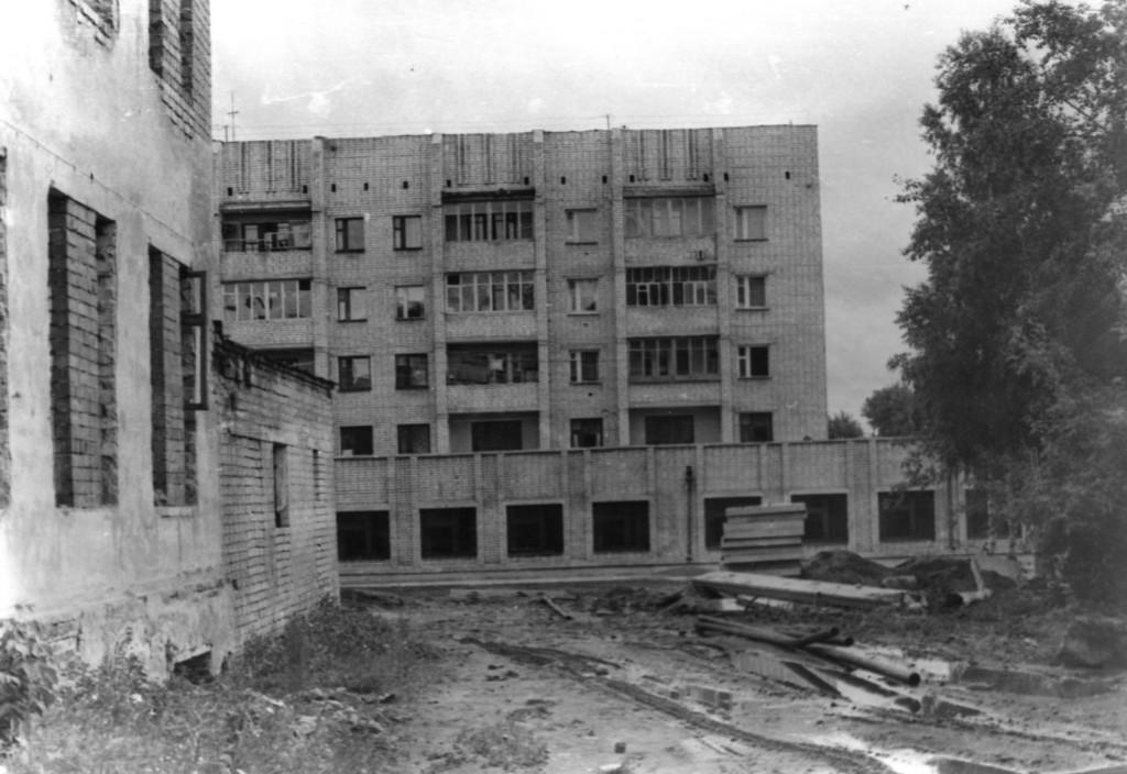 Сначала здесь будет банк, а потом магазин Антонова.1992г.