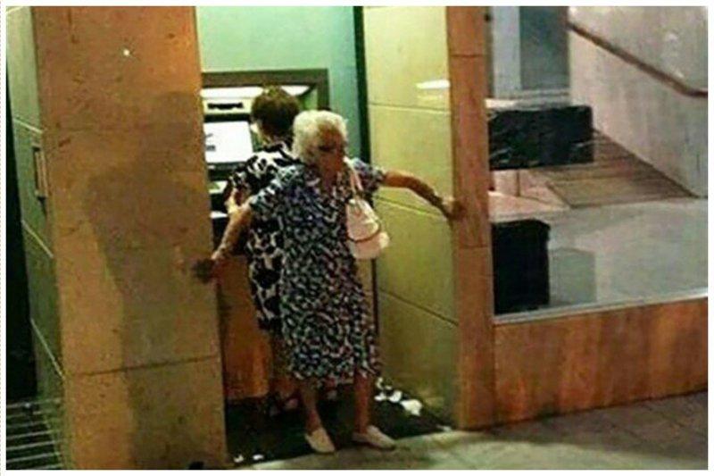 Новый способ грабежа прямо у банкомата