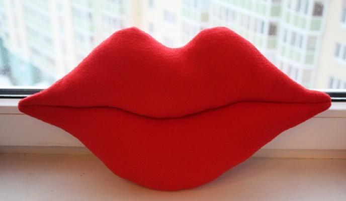 Шьем мягкую и роскошную подушку в форме губ
