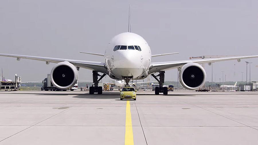 Электромобиль MINI взял на буксир 150-тонный Boeing Марки и модели,Электромобиль