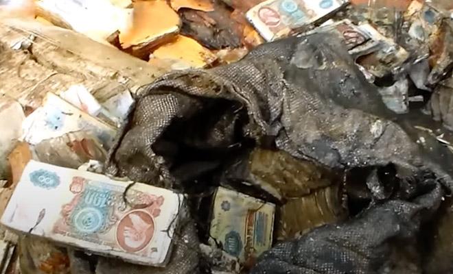 Поисковики исследовали болото и нашли мешки с деньгами СССР. Клад доставали несколько часов Культура