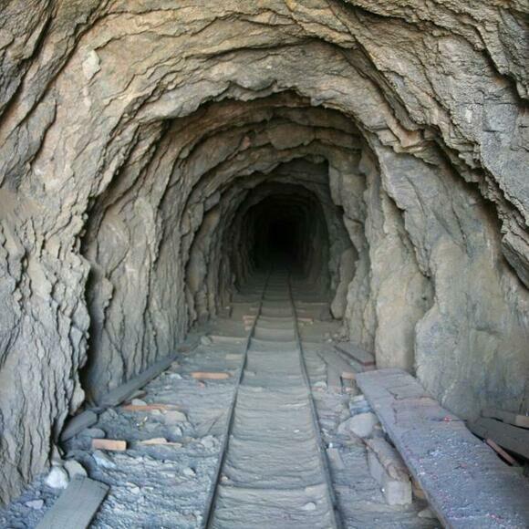 38 лет мужчина каждый день копал тоннель в пустыне, а потом неожиданно для всех не пришел и оставил открытой дверь Культура