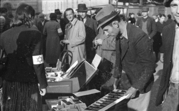 Еврейская женщина на рынке.