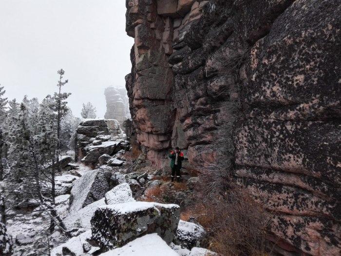 Человек на фоне койского каменного объекта гигантских размеров. /Фото:pandoraopen.ru