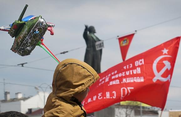 Госдума не согласилась разрешать поднимать Знамя Победы вместе с российским триколором в дни воинской славы