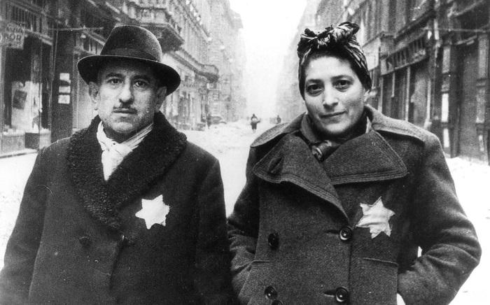 Семейная пара со знаками, которые обязаны были носить евреи чтобы их, например, случайно не пустили в арийский магазин. Позже носителей этих знаков убивали.