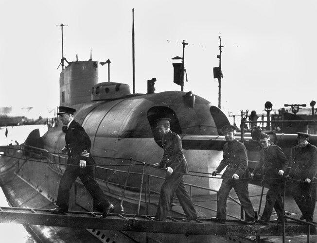 Французские офицеры покидают лодку.
