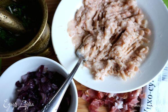 В ступку положить кинзу, 5 г растительного масла, красный винный уксус, немного фасоли, чеснок, потолочь. Фасоль в миске размять вилкой.