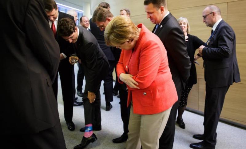 Розовый носок с эмблемой НАТО на премьер-министре Канады восхитил Меркель
