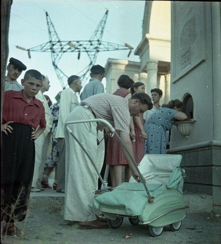 У входа в парк, СССР, 1957 год.⠀ история, ретро, фото