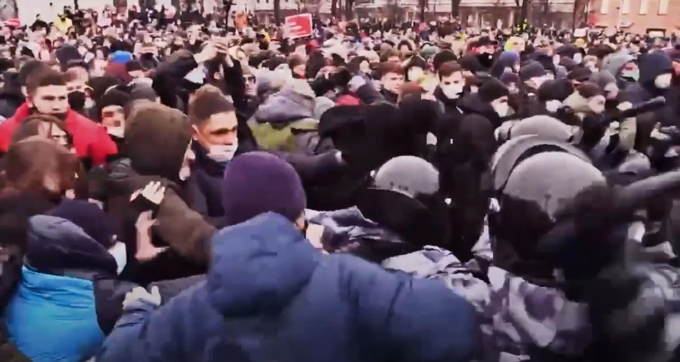 «Отбивать надо по-любому». В Интернете появилось интервью «берсерка» из Чечни, дравшегося с полицией на Пушкинской площади Берсерк,общество,протесты,россияне
