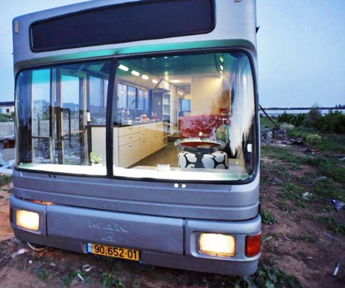 Израильтянки собственными силами превратили списанный автобус в элегантный дом на колесах автобусы