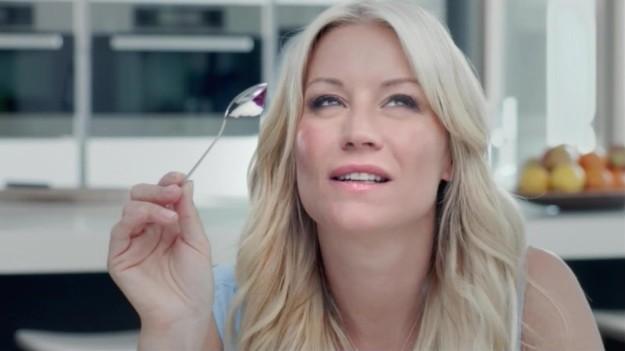 Бессмысленные вещи, которые женщины делать в рекламе