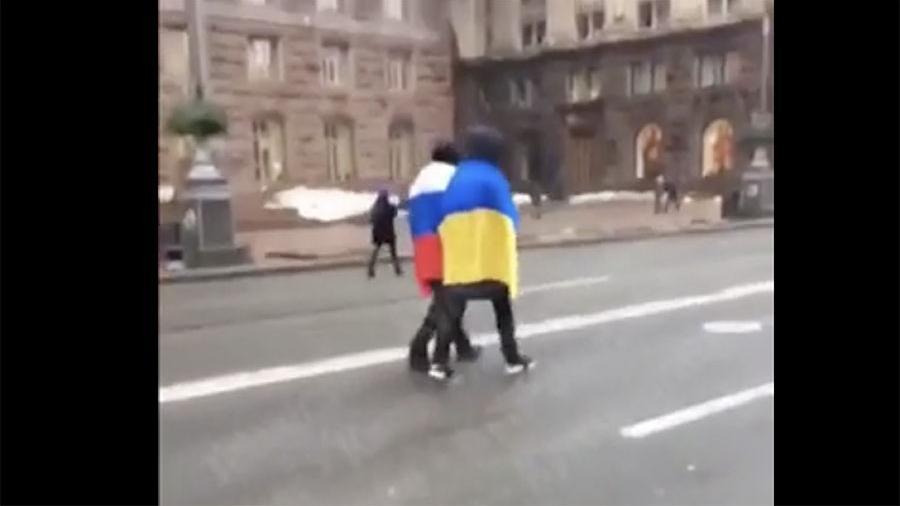 Молодые люди в Киеве устроили акцию дружбы с российским флагом