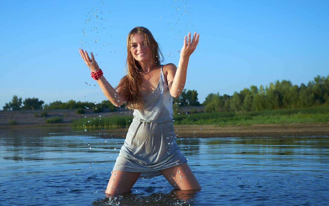 Девчонки на озере фото, как правильно трахать с женой видео