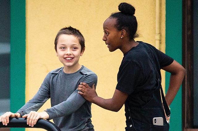 Нокс и Захара Джоли-Питт на прогулке в Лос-Анджелесе: новые фото детей звездной пары
