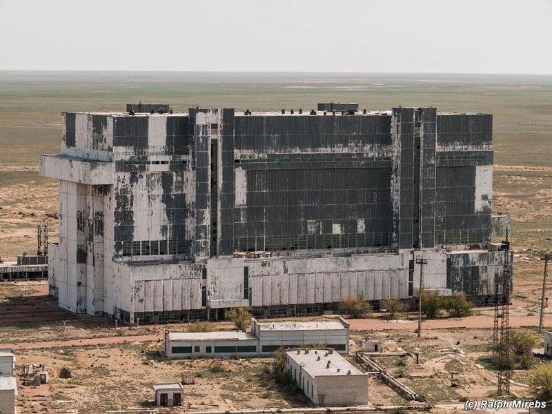 Путешествуя по Казахстану, фотограф наткнулся на заброшенный ангар для космических кораблей