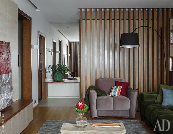 """Фрагмент гостиной. Слева в углу — входная дверь. Реечная перегородка сделана по эскизам архитектора, за ней — коридор в спальни. Дубовый паркет """"Элеганс"""", Baltic Wood. Диван и кресло, Nega Pro. Торшер, BoConcept."""