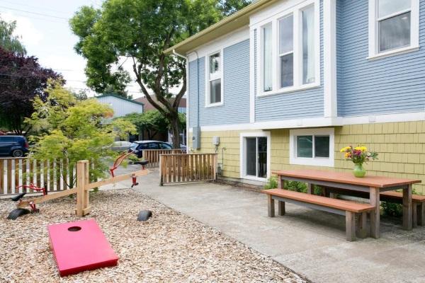 Дизайн двора частного дома - фото детской площадки возле дома