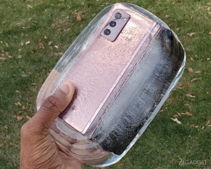 Galaxy Z Fold 2 утопили и заморозили, но он «выжил»