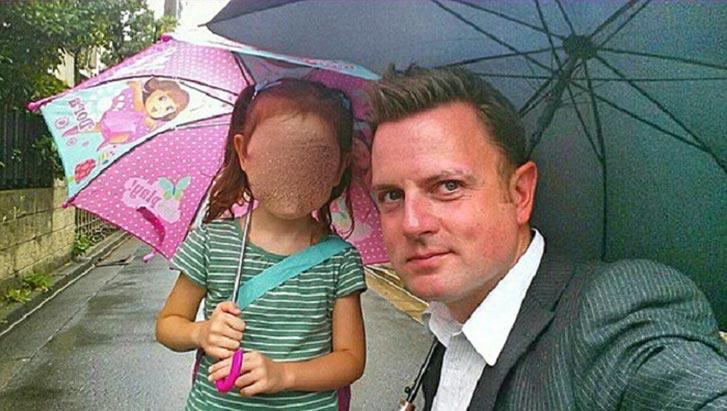 Просматривая снимки фотосессии дочери на скалах, отец заметил неладное…
