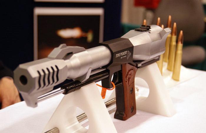 Крупнокалиберный пистолет, отдача от выстрела которого способна поломать стрелку обе руки