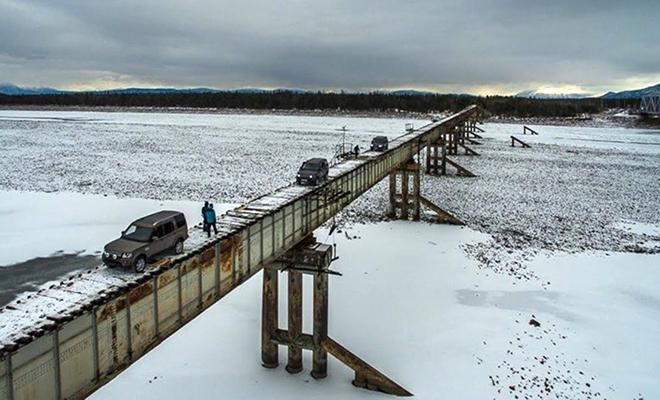 Водитель фуры из Сибири показал самый опасный мост России: его ширина 1,5 метра при длине километр Культура