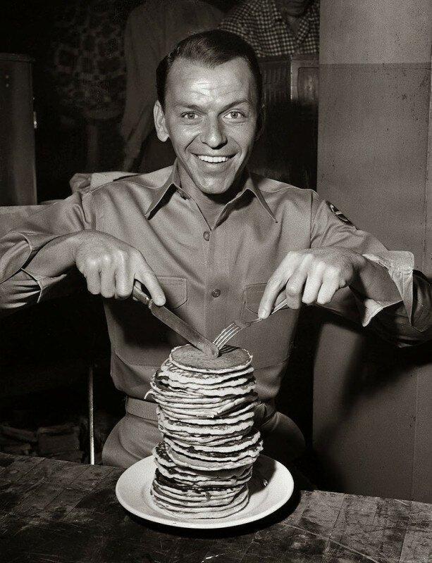 Фрэнк Синатра собирается есть панкейки во время съемок военной драмы «Отныне и во веки веков», 1953 год. история, ретро, фото