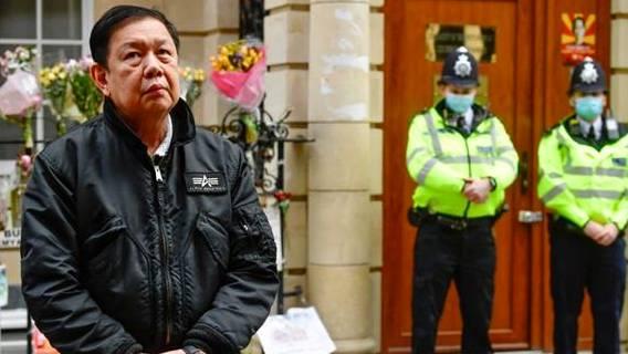 Посла Мьянмы, критиковавшего хунту, выгнали из лондонского посольства. Он переночевал на улице