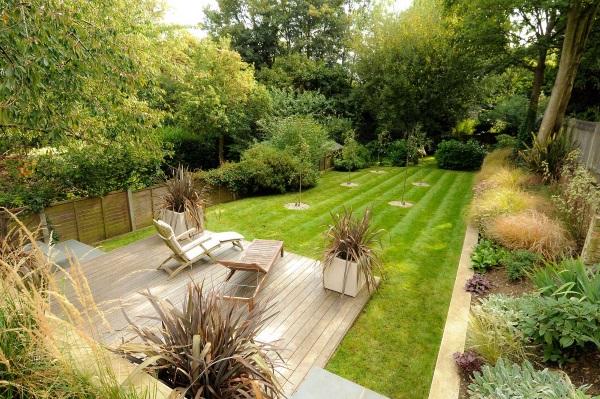 Дизайн маленького двора частного дома - фото участка с террасой