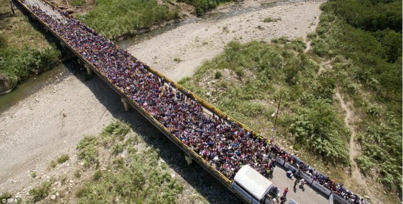 Массовый исход из Венесуэлы: тысячи людей бегут от голода и преступности в соседнюю Колумбию