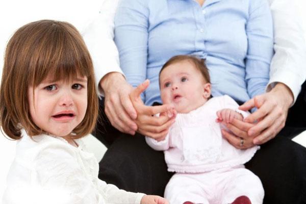 Отношение старшего ребенка к младенцу