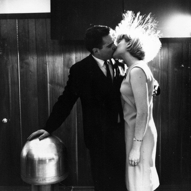 Американский ученый Джеймс Стаки и доброволец Джуди Криден демонстрируют способность человеческого организма функционировать в качестве проводника электрического тока, 1966 год. история, ретро, фото