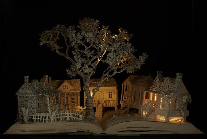 Превращение старых книг в сказочные скульптуры