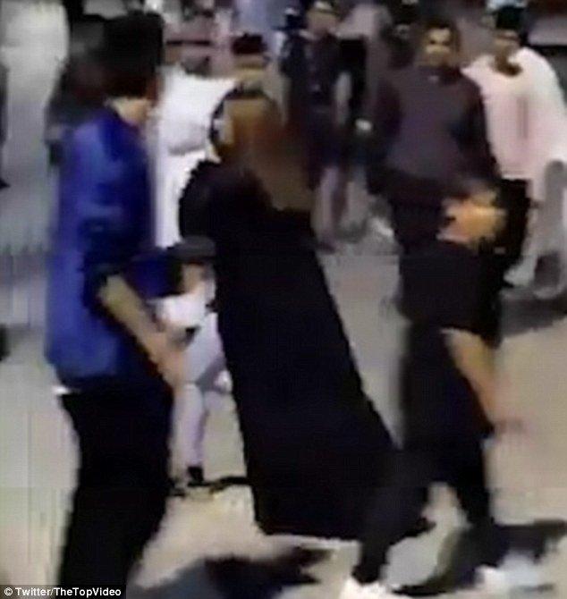 """Видео: саудовская """"чудо-женщина"""" избила обидчиков палкой Гендерное, Эр-Рияд, видео, инцидент, ислам, мусульмане, мусульманские традиции, саудовская аравия"""