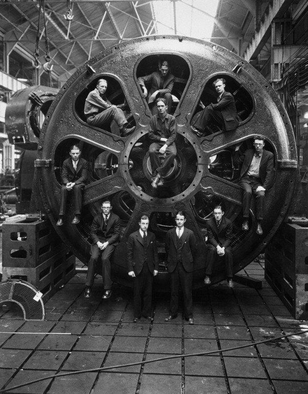 Студенты-инженеры позируют рядом с мотором, который они помогали спроектировать, на заводе компании General Electric, 1928 год. история, ретро, фото
