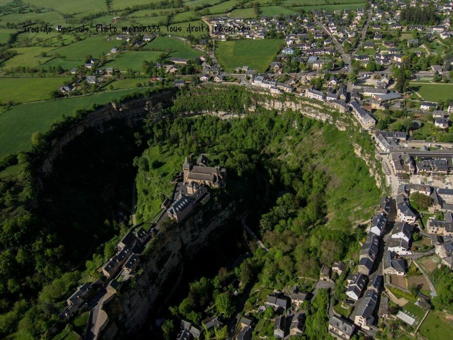 Что заставило французов построить город на краю огромной дыры