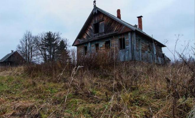Страшная заброшка: мародеры побоялись вскрывать старый деревенский дом
