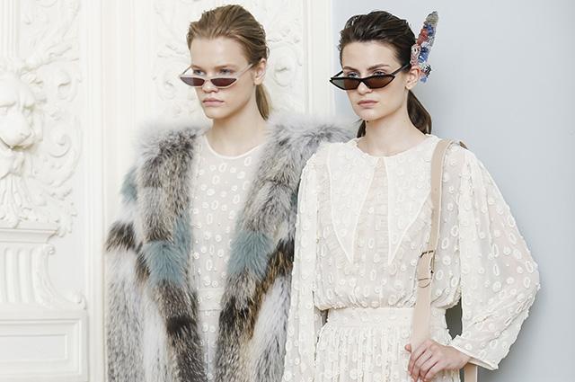 Зима продолжается: разноцветные шубы, слоганы в духе 80-х, романтичные платья и не только