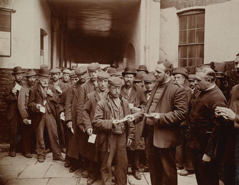 Лондон, 1902 год. Бедняки ждут возможности отоварить воскресные талоны Армии Спасения на бесплатный завтрак джек лондон, история, фото