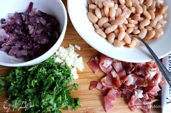 Обжарить лук до прозрачности на растительном масле (25 г), переложить лук со сковороды в отдельную миску. Чеснок мелко нарезать, кинзу измельчить. Нарезать бекон на средние кусочки.