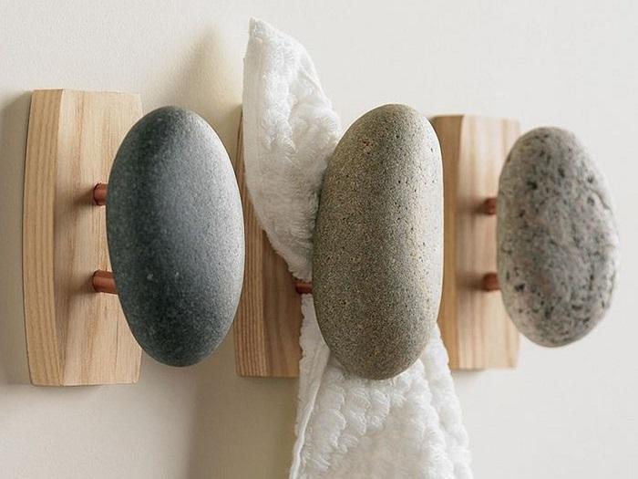Вешалки для ванной комнаты, которые можно соорудить из деревянного основания и морской гальки.