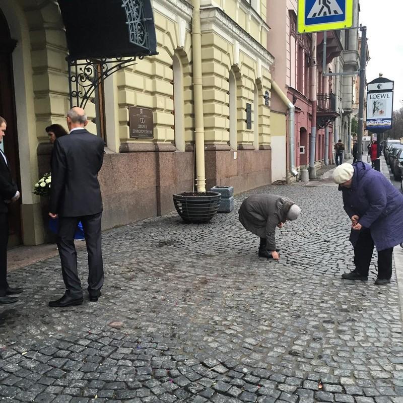 Санкт-Петербург. Старушки собирают мелочь возле дворца бракосочетания города, жизнь, контрасты, прикол, россия