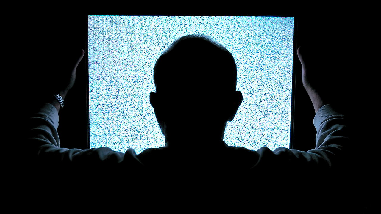 «Кривой эфир». Пользователи Интернета вспоминают о самых безумных вещах, которые они видели по телевизору в режиме реального времени