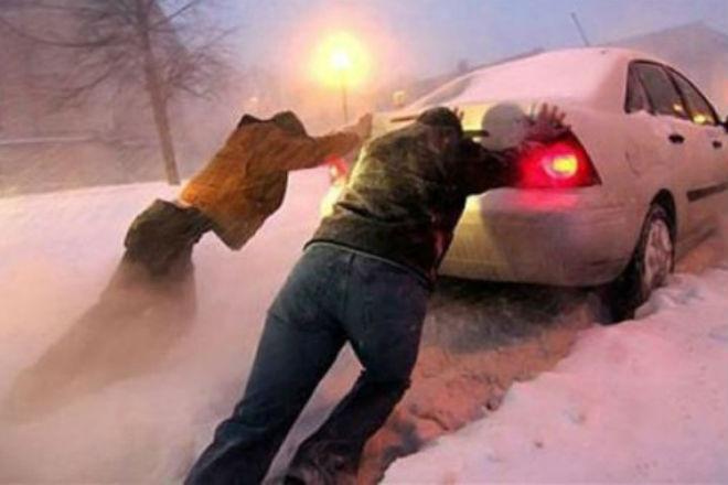 Как высвободить автомобиль из снега