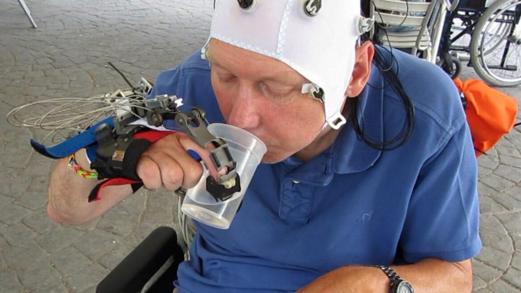 Роботизированная рука, управляемая силой мысли, поможет парализованным людям