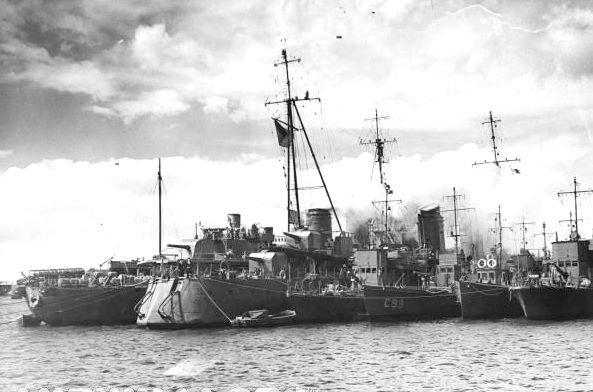 Слева направо, авизо Savorgnan de Brazza, эсминец Léopard и сторожевые корабли. Портсмут