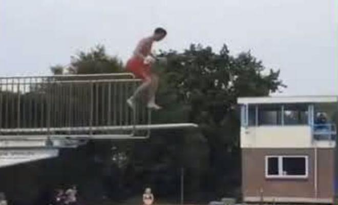 Подбрасываем мяч на 50 метров: достаточно прыгнуть с ним в воду